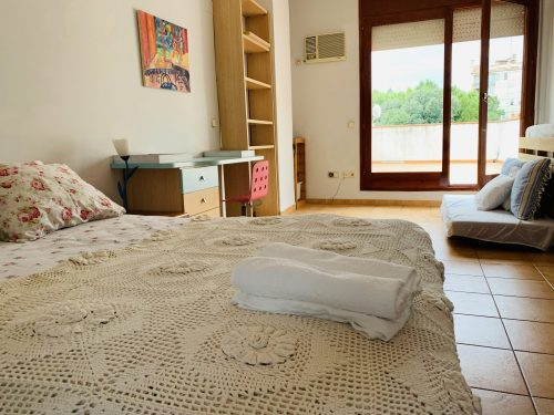 La habitacion de matrimonio con balcón. Dormir en Figueras. Reserva nuestro apartamento